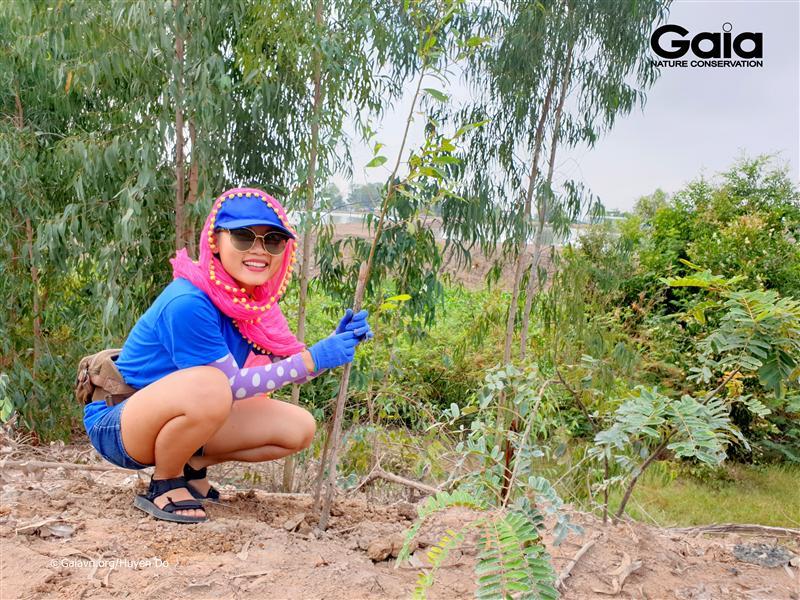 Hào hứng trồng cây bảo vệ Tràm Chim.
