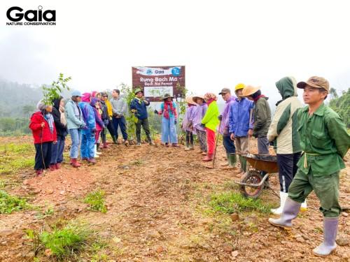 Giám đốc Trung tâm Bảo tồn thiên nhiên Gaia trao đổi với người dân và các bạn trẻ tham gia trồng rừng