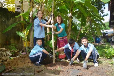 Các em học sinh trường An Phú hào hứng tham gia trồng cây.