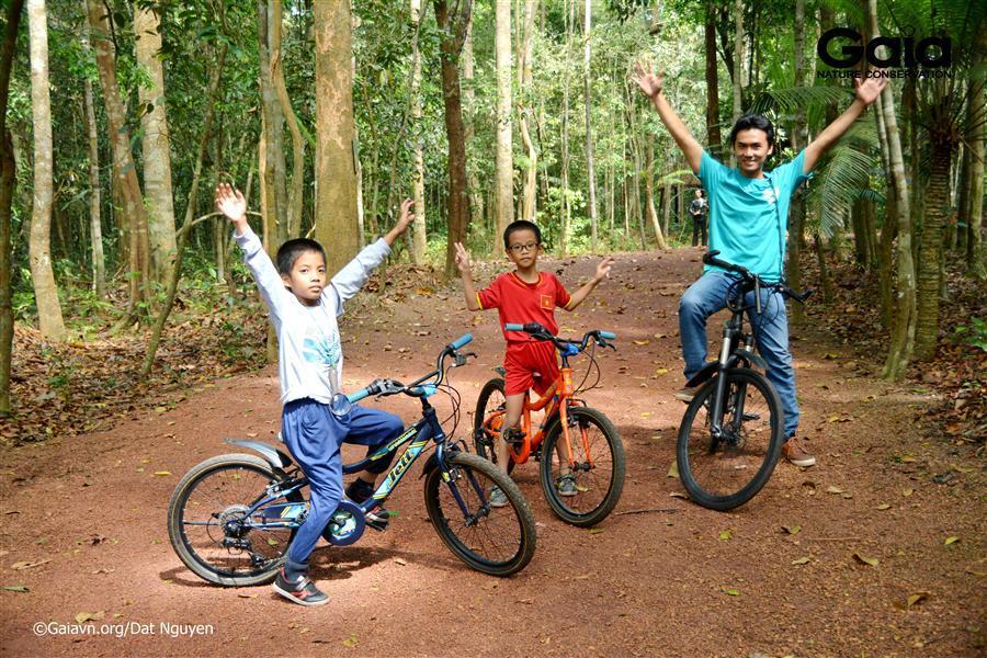 Hào hứng đạp xe băng rừng.