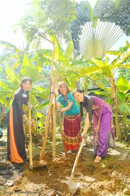 Từ phải sang: Cô Mai Thu (Hiệu trưởng), chị Thanh Huyền (giám đốc Gaia) và cô Thanh Nhàn (hiệu phó) đang cùng nhau trồng một cây.