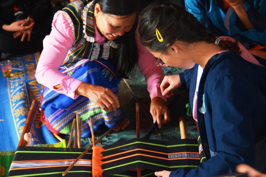 Trải nghiệm nghề dệt người K'Ho.