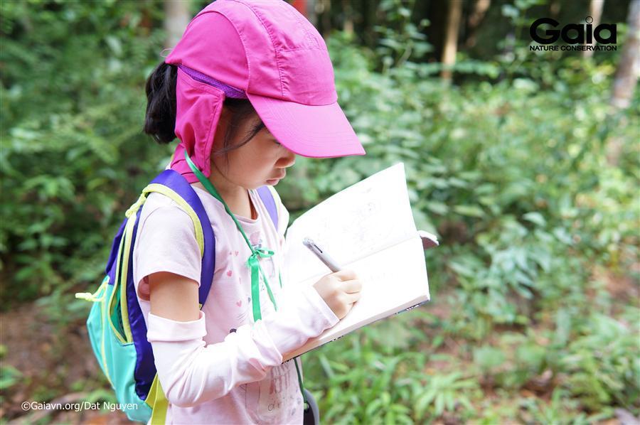 Chăm chú ghi chép thông tin thiên nhiên.