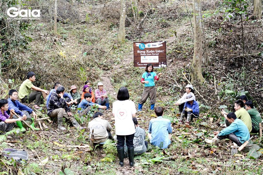 Bà Đỗ Thị Thanh Huyền – Giám đốc Trung tâm Bảo tồn thiên nhiên Gaia trao đổi với người dân địa phương về ý nghĩa của hoạt động trồng rừng và tầm quan trọng của việc bảo vệ rừng Xuân Liên.
