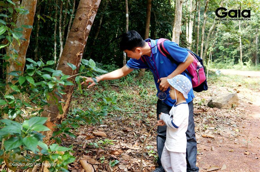 Ba mẹ và con cái cùng khám phá thiên nhiên.