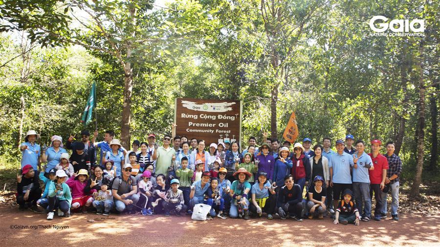 Chụp ảnh tập thể tại khu rừng.