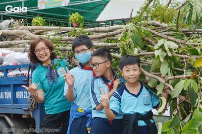 Học sinh thích thú tìm hiểu về giống cây sẽ được trồng tại trường.