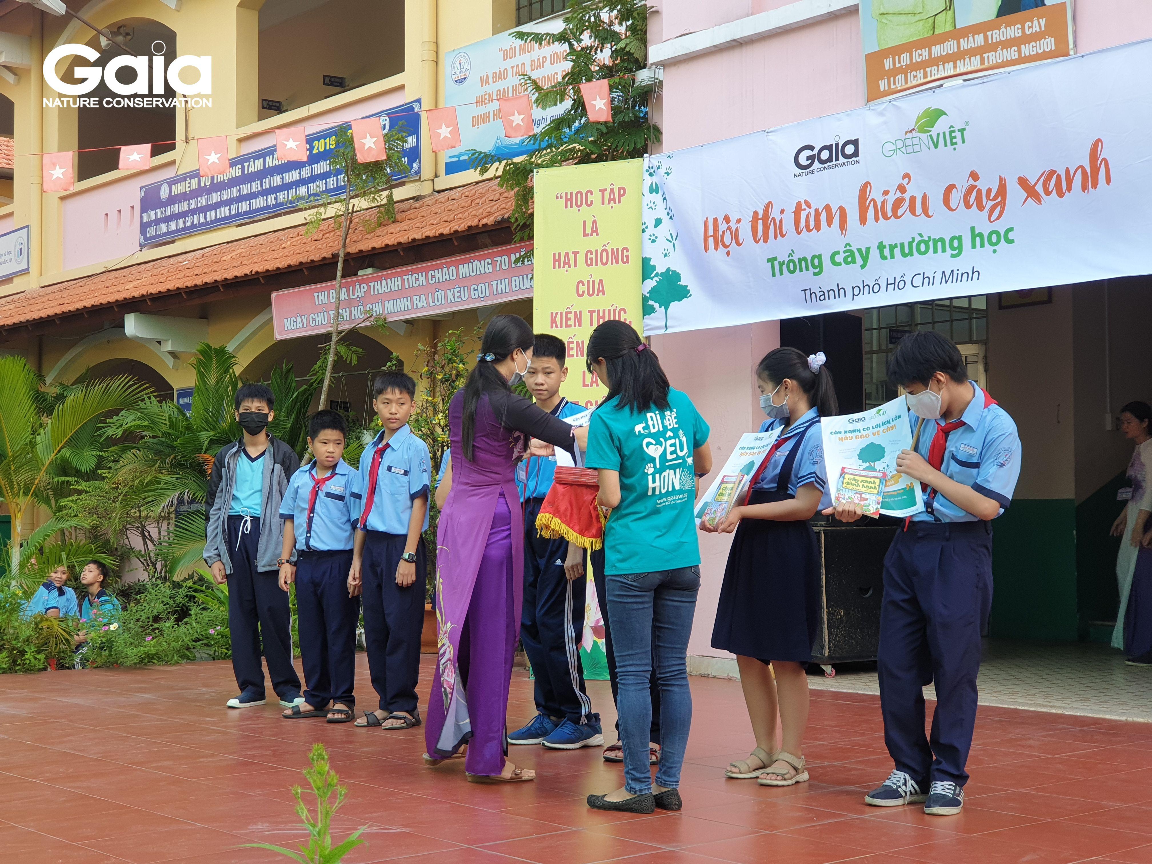 Cô Mai Thị Thu - Hiệu trưởng nhà trường đang phát quà cho các em học sinh đạt giải trong hội thi.