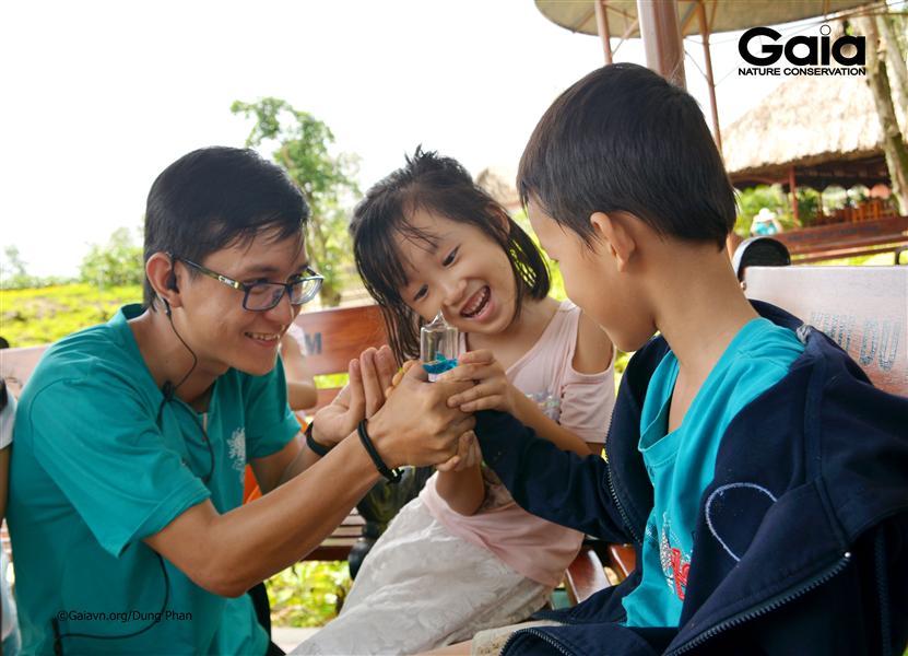 Lưu Hoàng Kiếm – Đại sứ Trải nghiệm thiên nhiên Gaia tổ chức trò chơi với các bạn nhỏ.