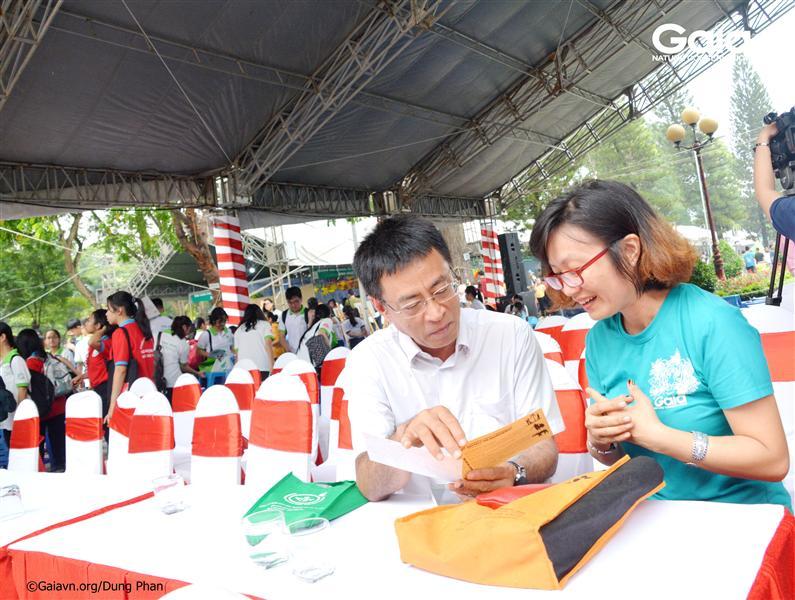 Bà Đỗ Thị Thanh Huyền – Nhà sáng lập&Giám đốc Trung tâm Bảo tồn Thiên nhiên Gaia (phải) và Ông Trần Phong (trái) – Cục trưởng Cục Môi trường Miền Nam thảo luận về hoạt động truyền thông giáo dục bảo tồn thiên nhiên.