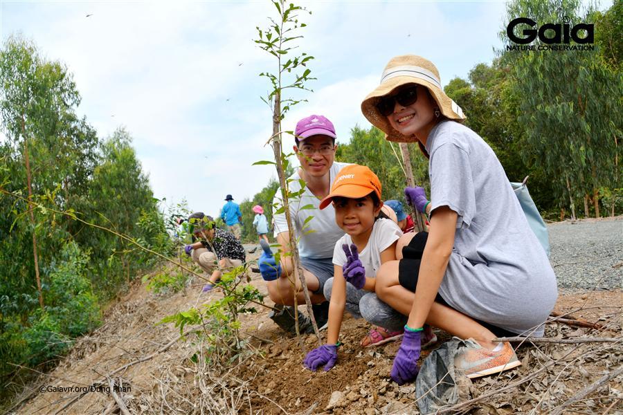 Gia đình tràn đầy năng lượng tích cực khi trồng cây.