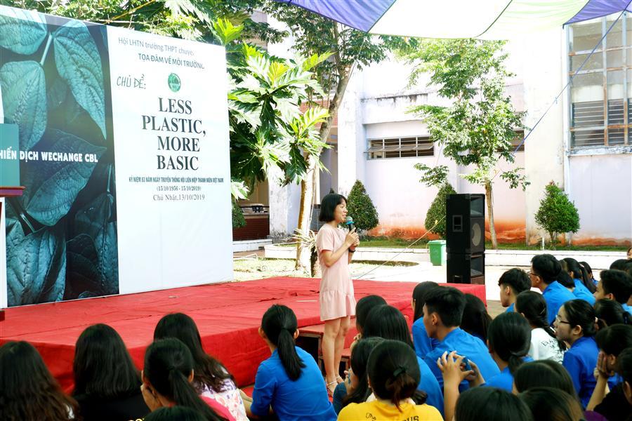 Chị Phan Thị Thùy Dung – Cán bộ Truyền thông Trung tâm Bảo tồn Thiên nhiên Gaia chia sẻ về sống xanh trong trường học