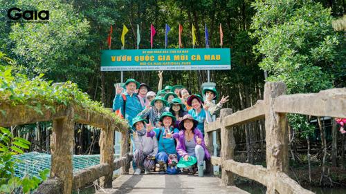 Chụp ảnh kỉ niệm trước Vườn Quốc gia Mũi Cà Mau