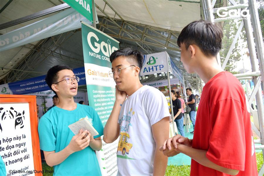 Bạn trẻ hào hứng tìm hiểu hoạt động trải nghiệm thiên nhiên.