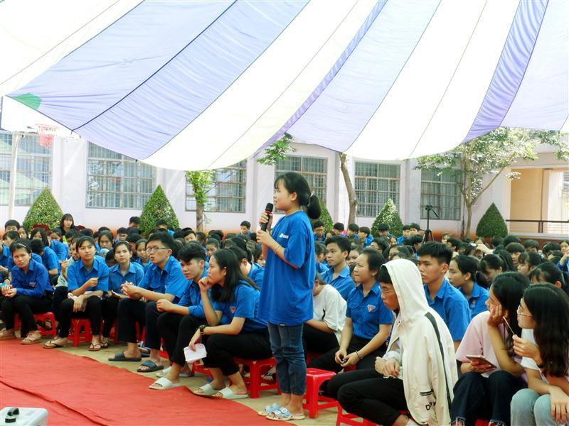 Học sinh đặt câu hỏi về sống xanh cho diễn giả.