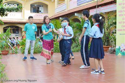 Cán bộ Gaia tổ chức các trò chơi nhằm giáo dục nâng cao nhận thức của học sinh về cây xanh.