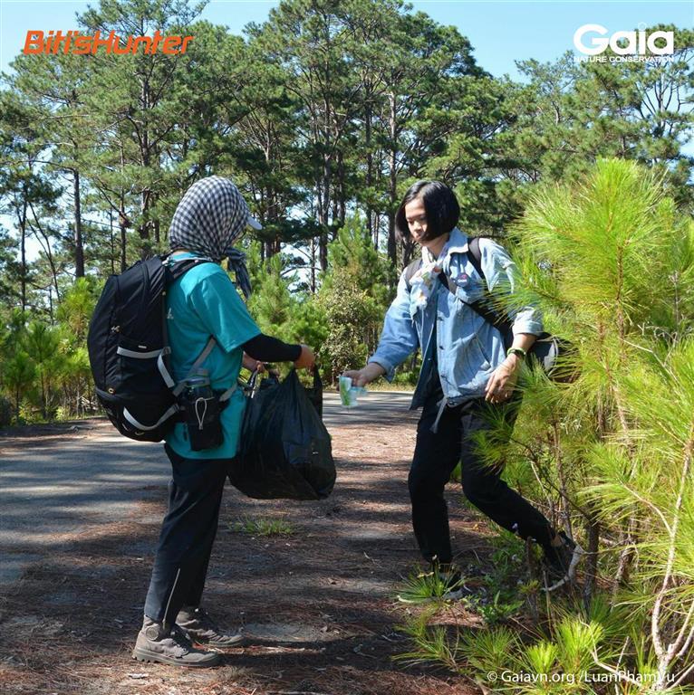 Thực hành nhặt rác và du lịch xanh trên mọi hành trình