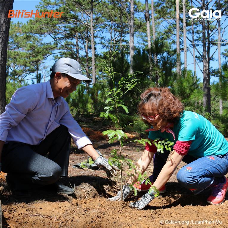 Giám đốc Trung tâm Bảo tồn Thiên nhiên Gaia (phải) và Giám đốc Trung tâm Du Lịch Sinh thái và Giáo dục Môi trường, Vườn Quốc gia Bidoup Núi Bà trồng rừng