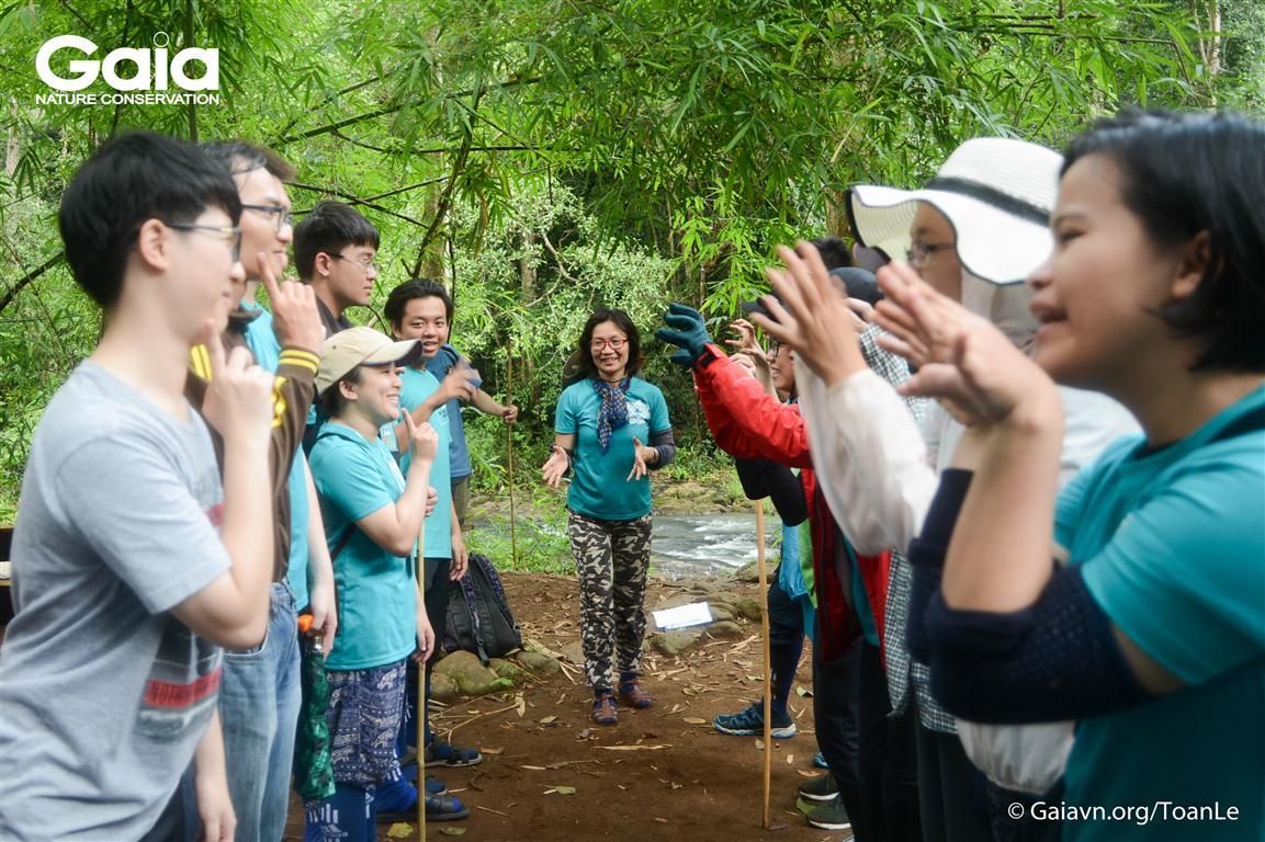 Bà Đỗ Thị Thanh Huyền – Nhà sáng lập – Giám đốc Trung tâm Bảo tồn Thiên nhiên Gaia hướng dẫn trại sinh trải nghiệm trong rừng