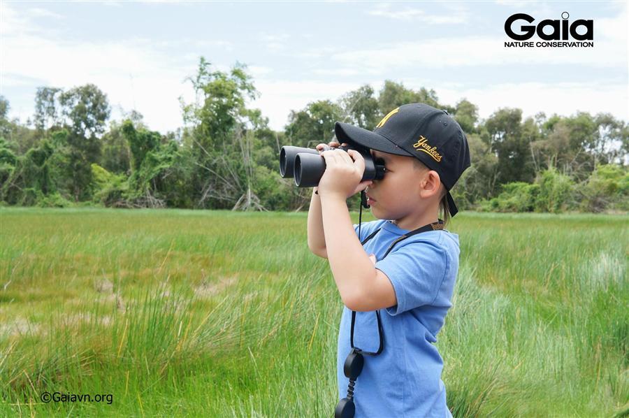 Trẻ em hào hứng xem chim tại Tràm Chim.