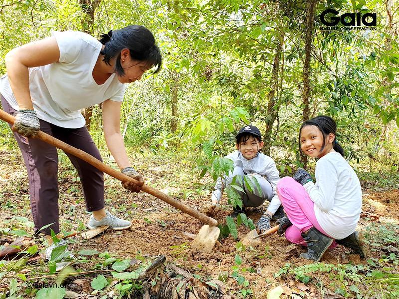Gia đình trồng cây bảo vệ rừng Đồng Nai