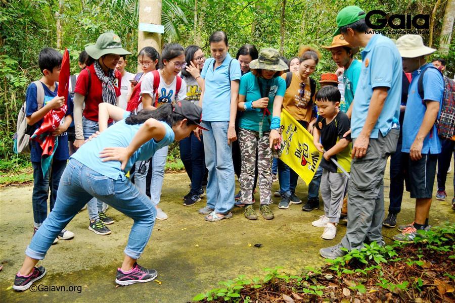 Gia đình hào hứng khám phá thiên nhiên tại Đồng Nai.
