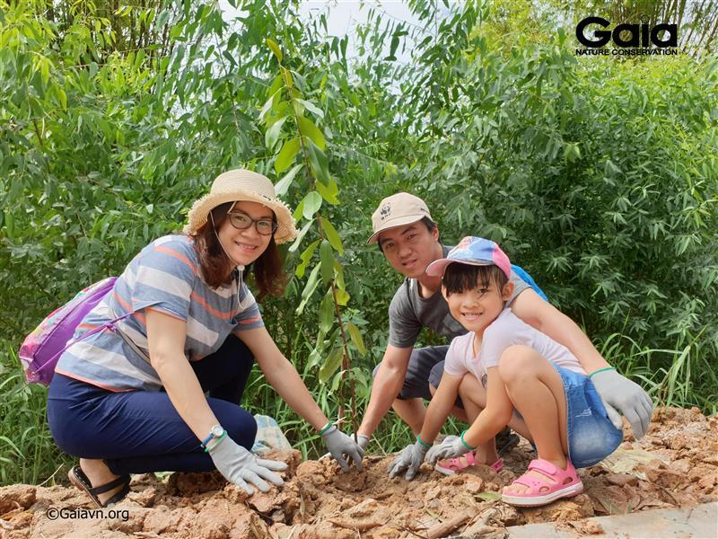 Gia đình trồng cây bảo vệ rừng Tràm Chim.