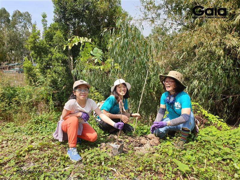 Bà Đỗ Thị Thanh Huyền – Giám đốc Trung tâm Bảo tồn Thiên nhiên Gaia, phải, đích thân chỉ đạo trồng cây và trải nghiệm thiên nhiên tại Tràm Chim.