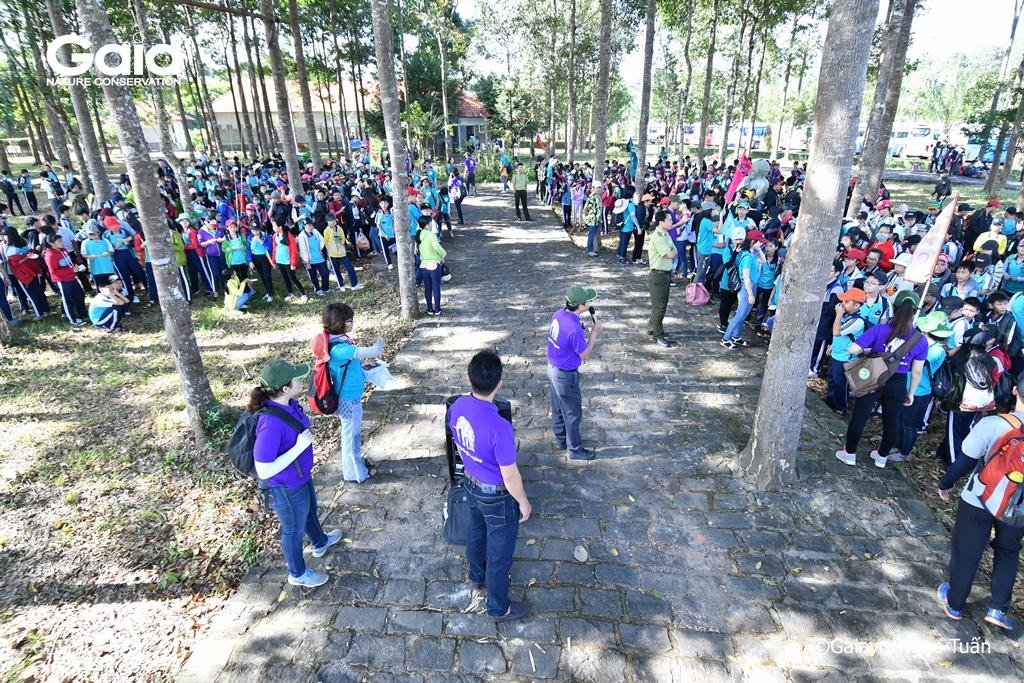 Học sinh tập trung, chuẩn bị trải nghiệm thiên nhiên tại Khu du lịch Bà Hào