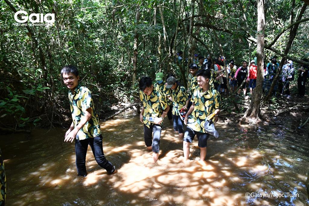 Học sinh thích thú khi lần đầu tiên được lội suối trong rừng