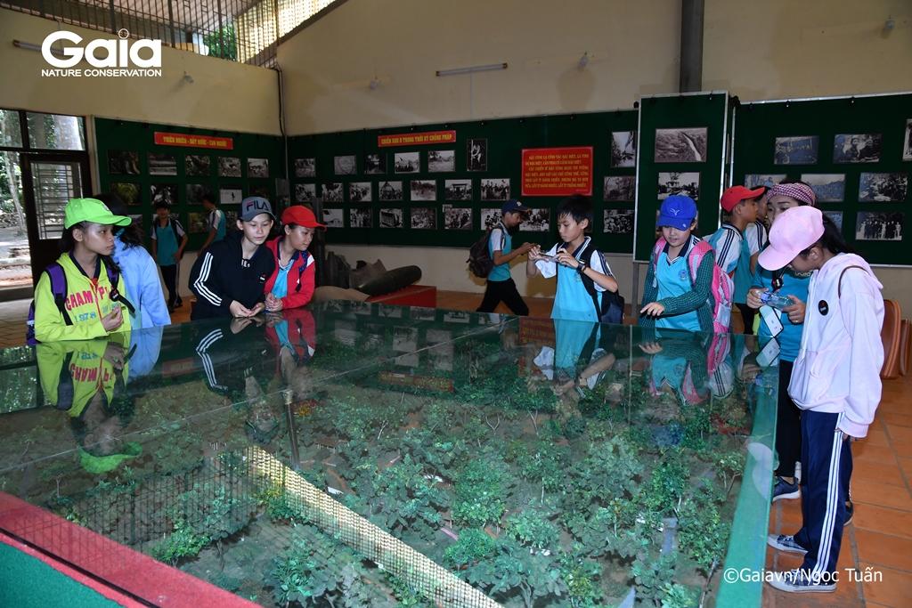 Học sinh tham quan nhà trưng bày Căn cứ Khu ủy miền Đông Nam Bộ (Chiến khu D)