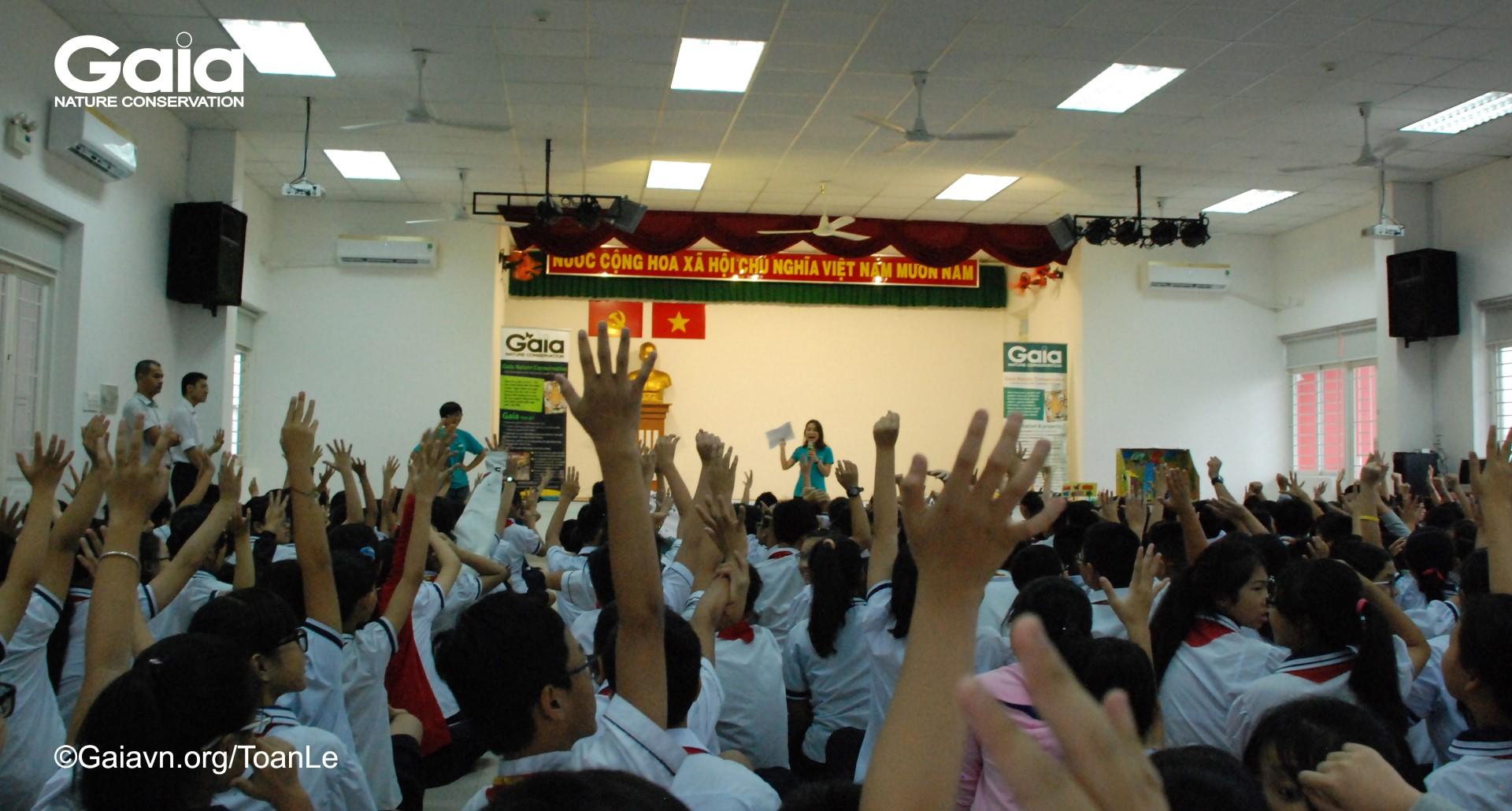 Bà Lê Thị Kim Ngân – Điều phối Giáo dục truyền thông, Trung tâm Bảo tồn Thiên nhiên Gaia nói chuyện về động vật hoang dã ở Việt Nam