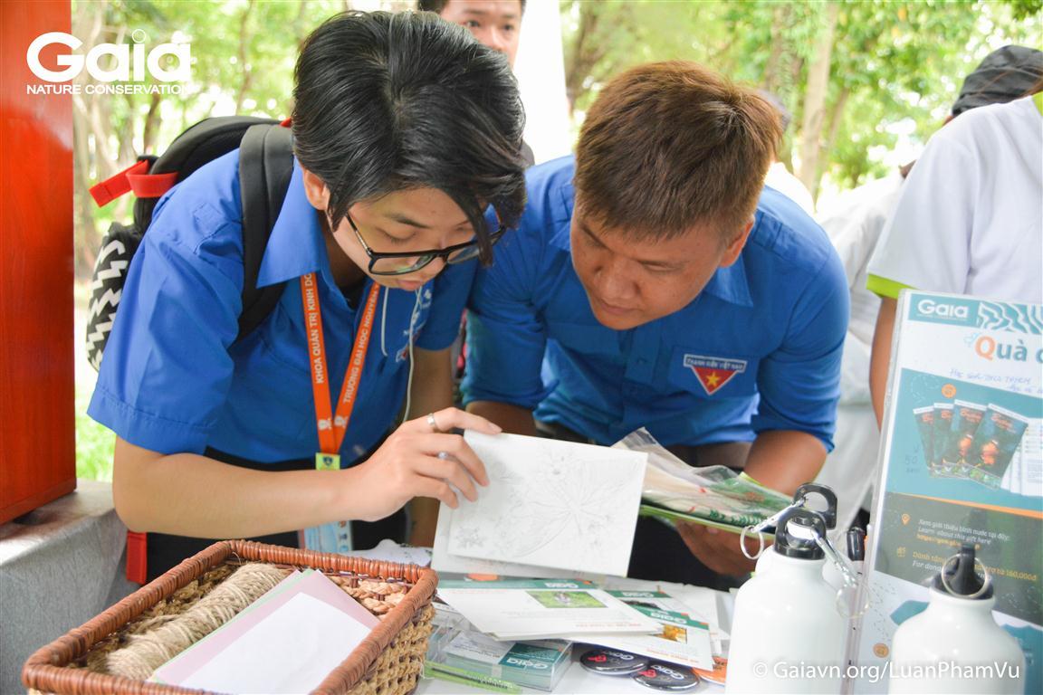 Đoàn viên Thanh niên hứng thú tìm thông tin về động vật hoang dã trên tấm bưu thiếp Gaia.