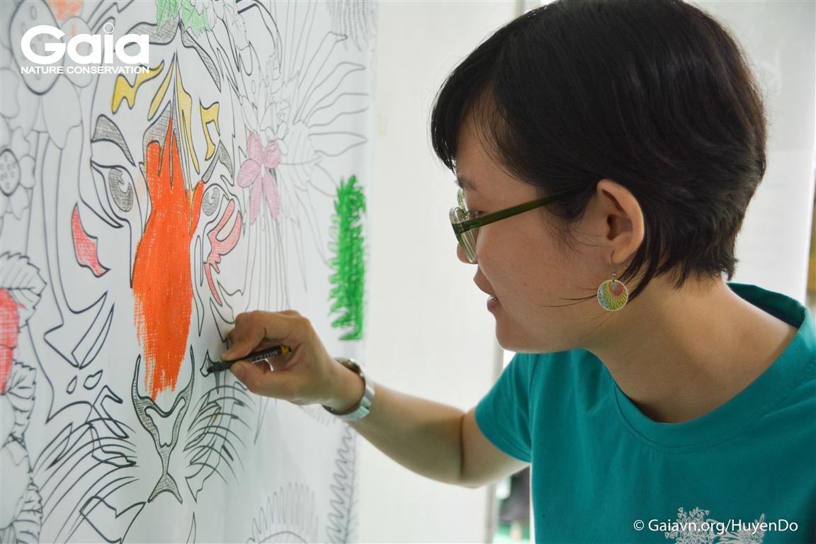 Tình nguyện viên Gaia đang tô màu tranh Hổ cùng mọi người.