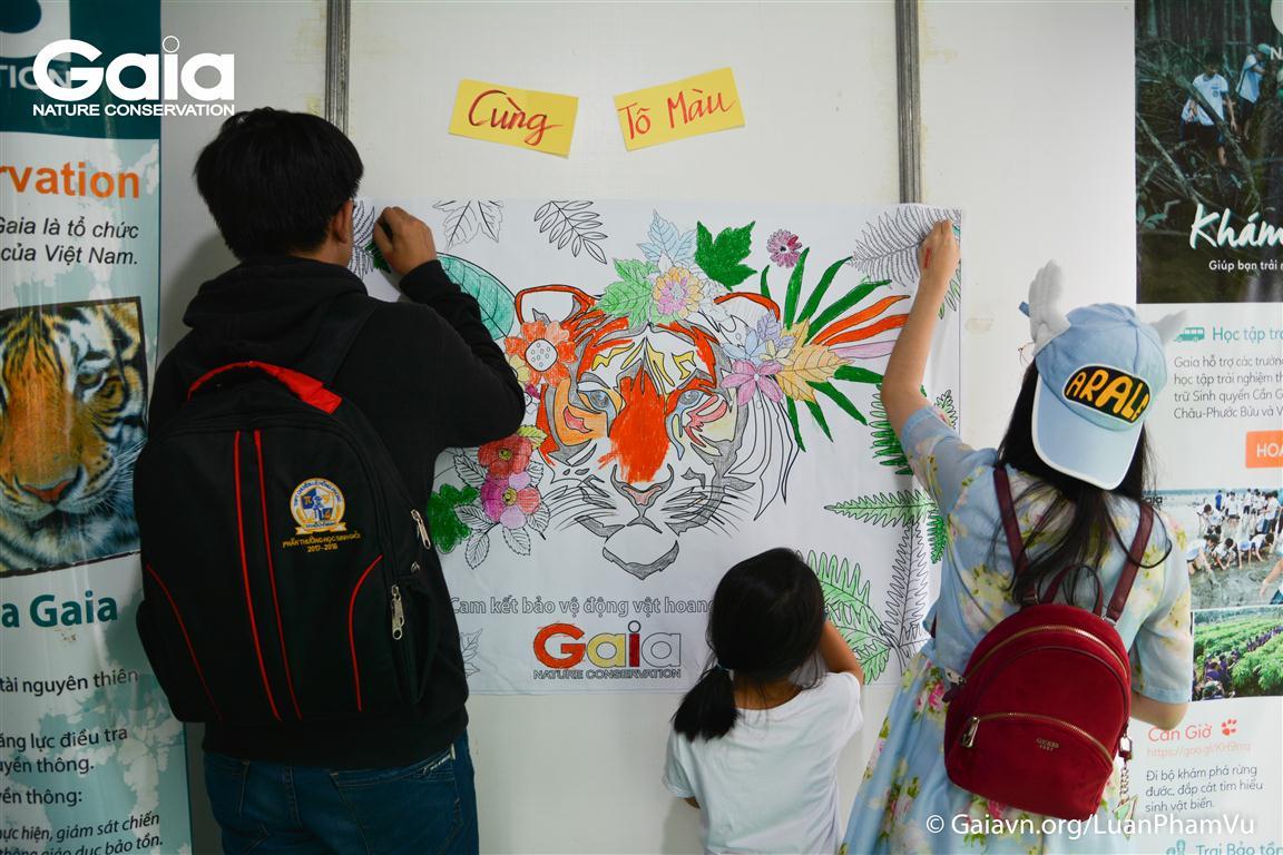 Hoạt động tô màu tranh Hổ không chỉ thu hút trẻ em mà còn các anh chị lớn hơn.