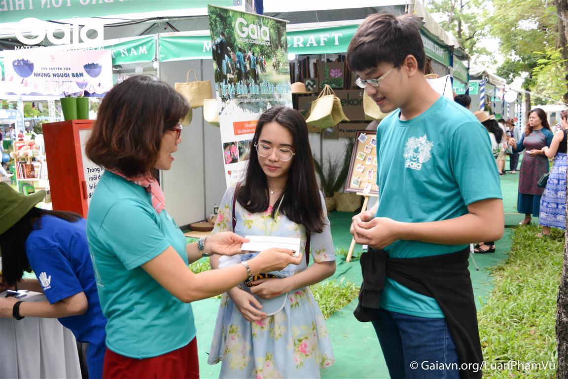 Trao quà là những tấm bưu thiếp Gaia đến những bạn trẻ tham gia hoạt động tại khu vực triển lãm Gaia.