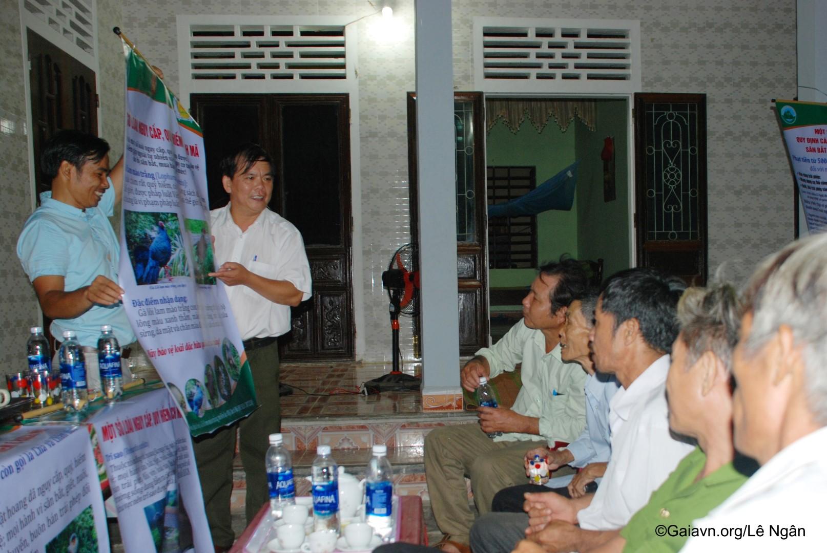 Vua chim, Ông Trương Cảm – Phó Giám đốc Trung tâm Giáo dục Môi trường và Dịch vụ-Vườn Quốc Gia Bạch Mã, nói chuyện với người dân về bảo vệ chim rừng.