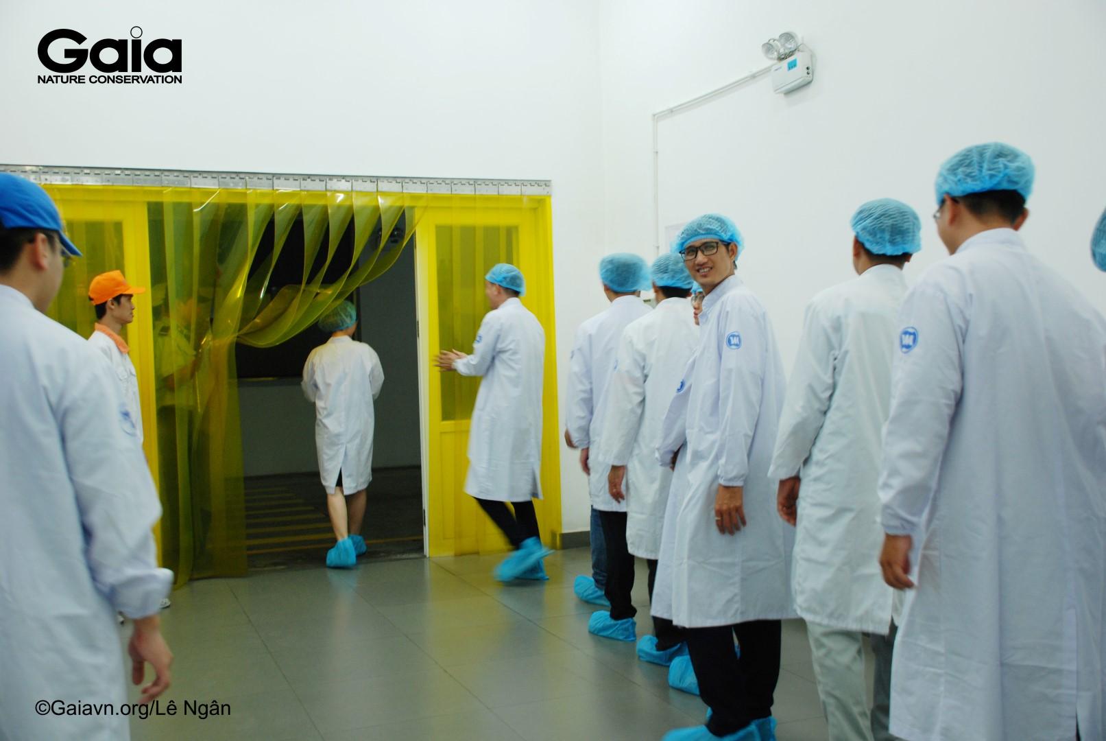 Thay trang phục đảm bảo vệ sinh khi vào thăm nhà máy