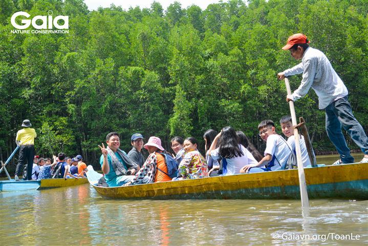 Hào hứng chèo thuyền thăm Đầm Dơi.