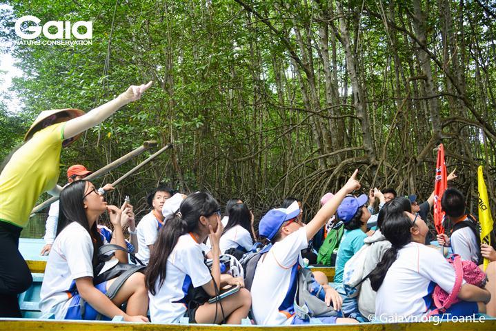 Học sinh hào hứng tìm hiểu và quan sát Dơi nghệ.
