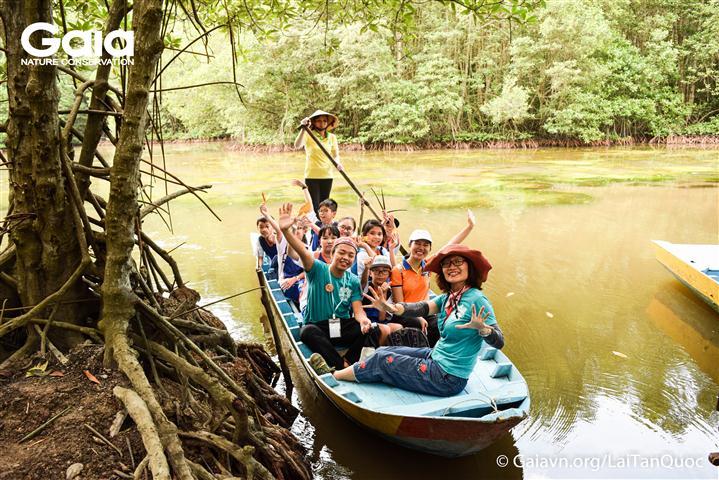 Chèo thuyền trên Đầm dơi