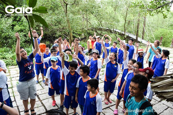 Các em học sinh tràn đầy năng lượng chuẩn bị tham gia trò chơi.